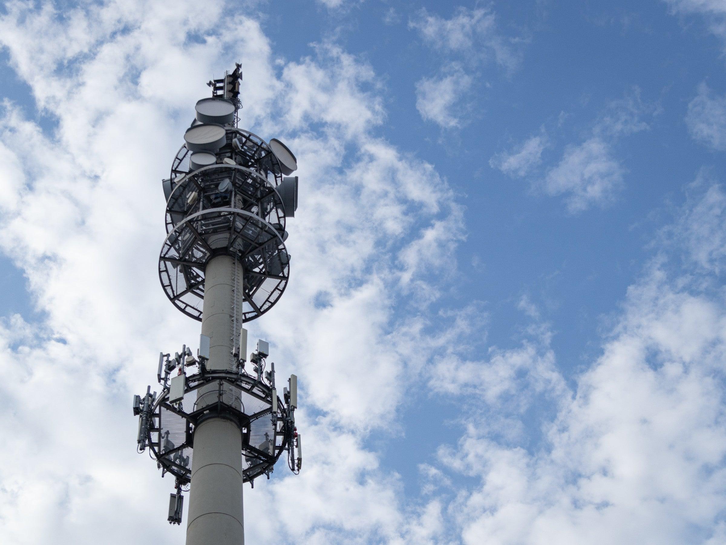 5G-Antennen-Mast vor bewölktem Himmel
