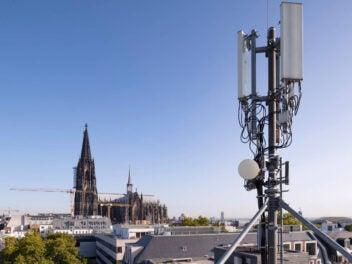 5G Antenne in Köln vor dem Kölner Dom