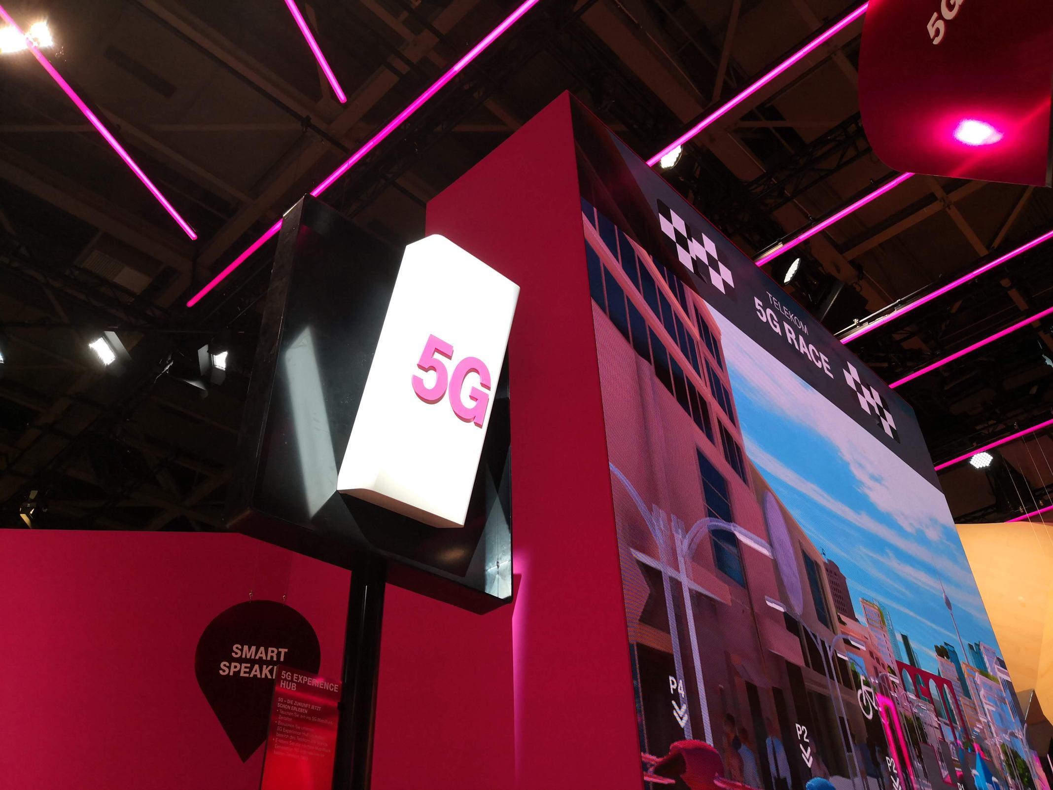 Eine symbolische 5G-Antenne auf dem Messestand der Telekom