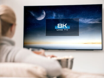 8K-Fernseher an einer Wand