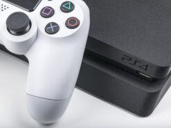 Sony PlayStation 4 mit Controller