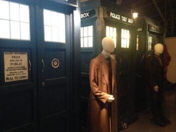 Doctor Who Ausstellung mit den Kostümen der Doktoren und ihrer Tardis