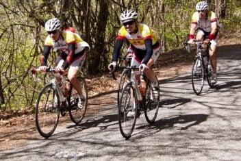 Drei Radfahrer sind unterwegs.