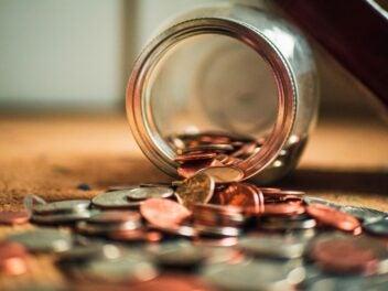 Ein umgekipptes Glas voll Kleingeld