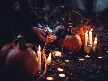 Kürbisse mit Kerzen im Horror-Szenario