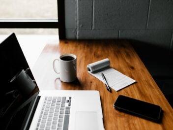 Home-Office Arbeitsplatz mit Kaffee