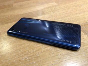 Honor 10 Lite mit blauer schillernder Rückseite