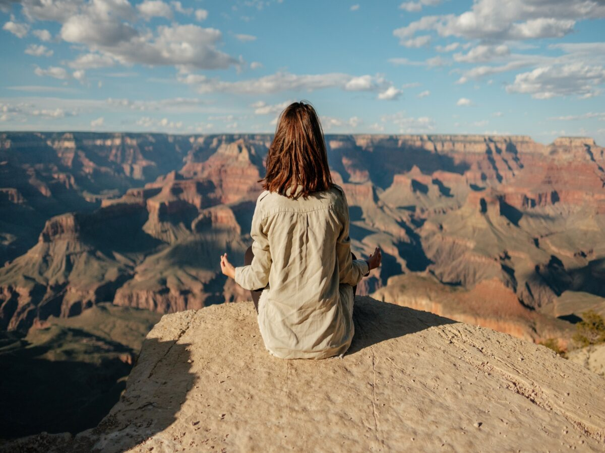 meditierende Frau am Grand Canyon