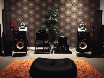 Stereoanlage in einem Wohnzimmer