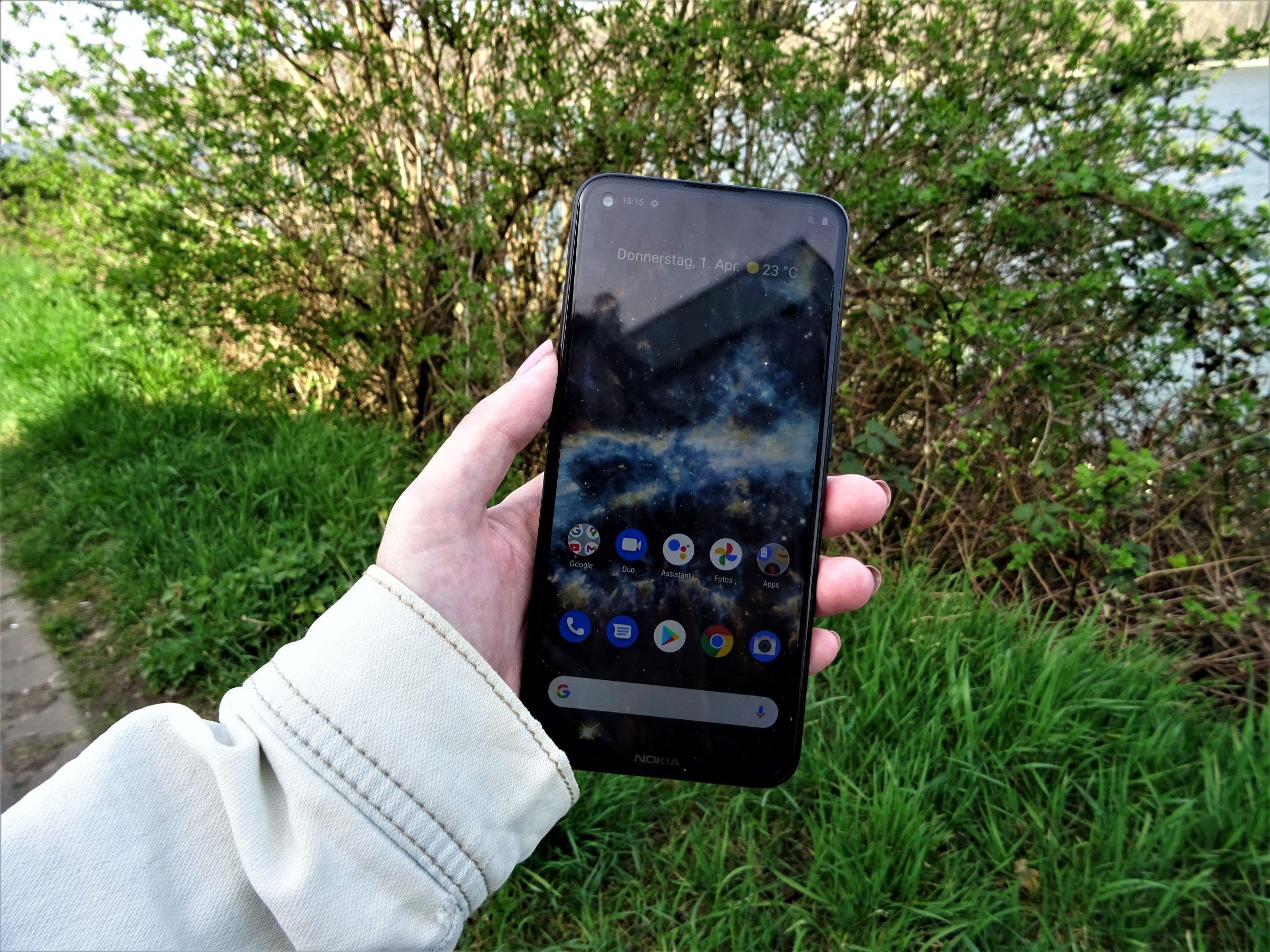 Nokia 5.4 in der Hand