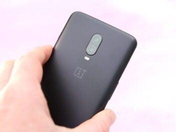 OnePlus 6T Rückseite mit Kamera in der Hand