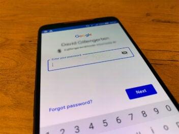 Der Passwort-Eingabe-Bildschirm von Google auf einem Handy