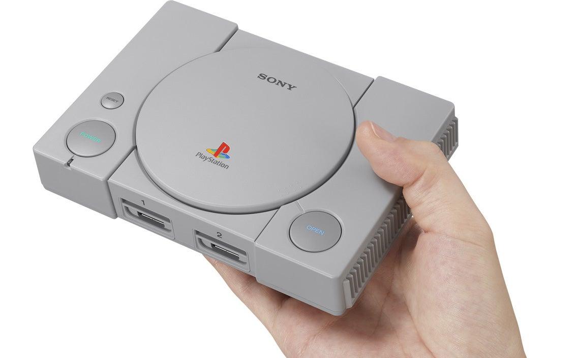 Die PlayStation Classic in einer Hand