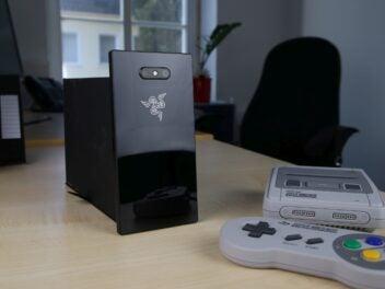 Das Razer Phone 2 rückseitig auf einem Tisch, daneben ein Mini-SNES mit Controller