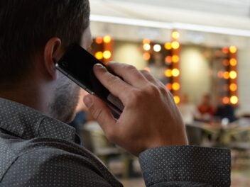 Ein Mann telefoniert mit dem Handy
