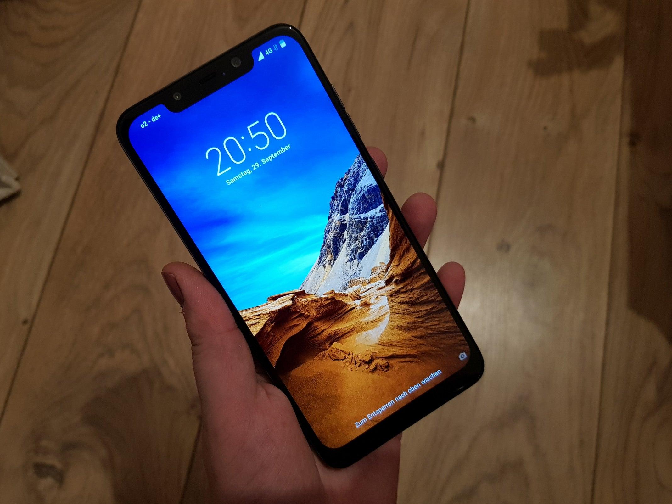 Xiaomi Poco F1 in einer Hand