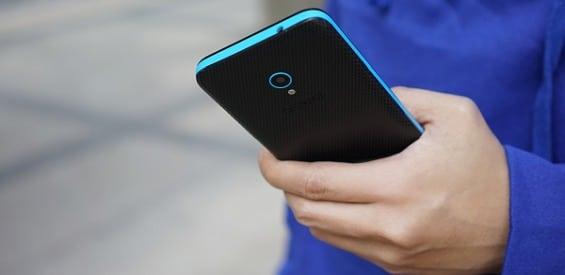 Alcatel U5 in einer Hand