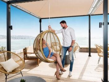 Zwei Menschen auf der Terrasse des allsun Hotels Marena Beach.