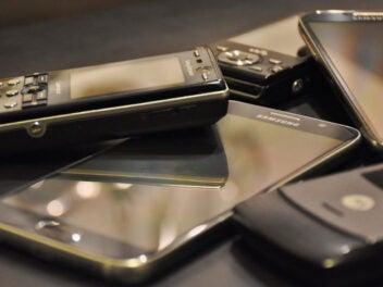 Alte Smartphones auf einem Haufen