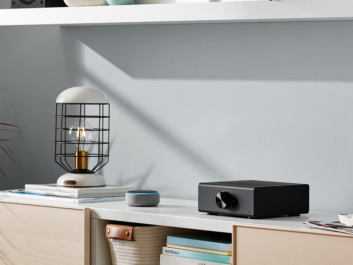 Amazon Echo Link Amp auf Anrichte
