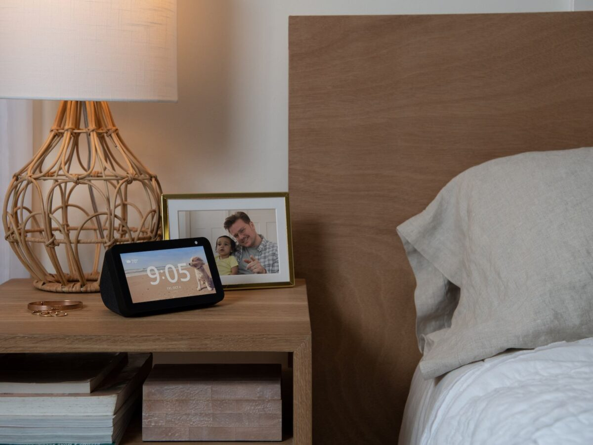 amazon echo show 5 diese alexa mit bildschirm berrascht. Black Bedroom Furniture Sets. Home Design Ideas