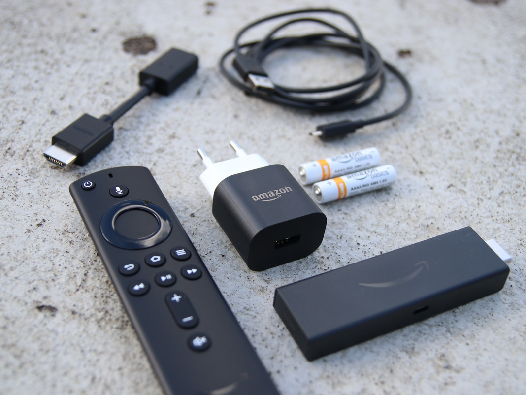 HDMI-Extender, USB-Kabel, Netzteil, Sprachfernbedienung und Fire TV Stick