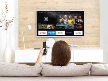 Frau vor Fernseher