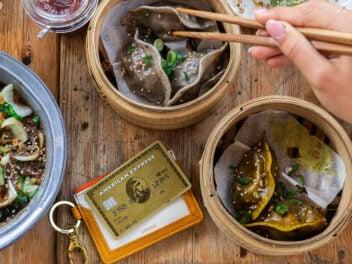 American Express Kreditkarte zwischen asiatischem Essen