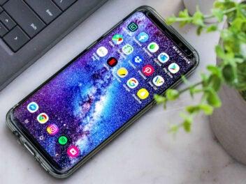 Android-Smartphone liegt auf einem Schreibtisch.