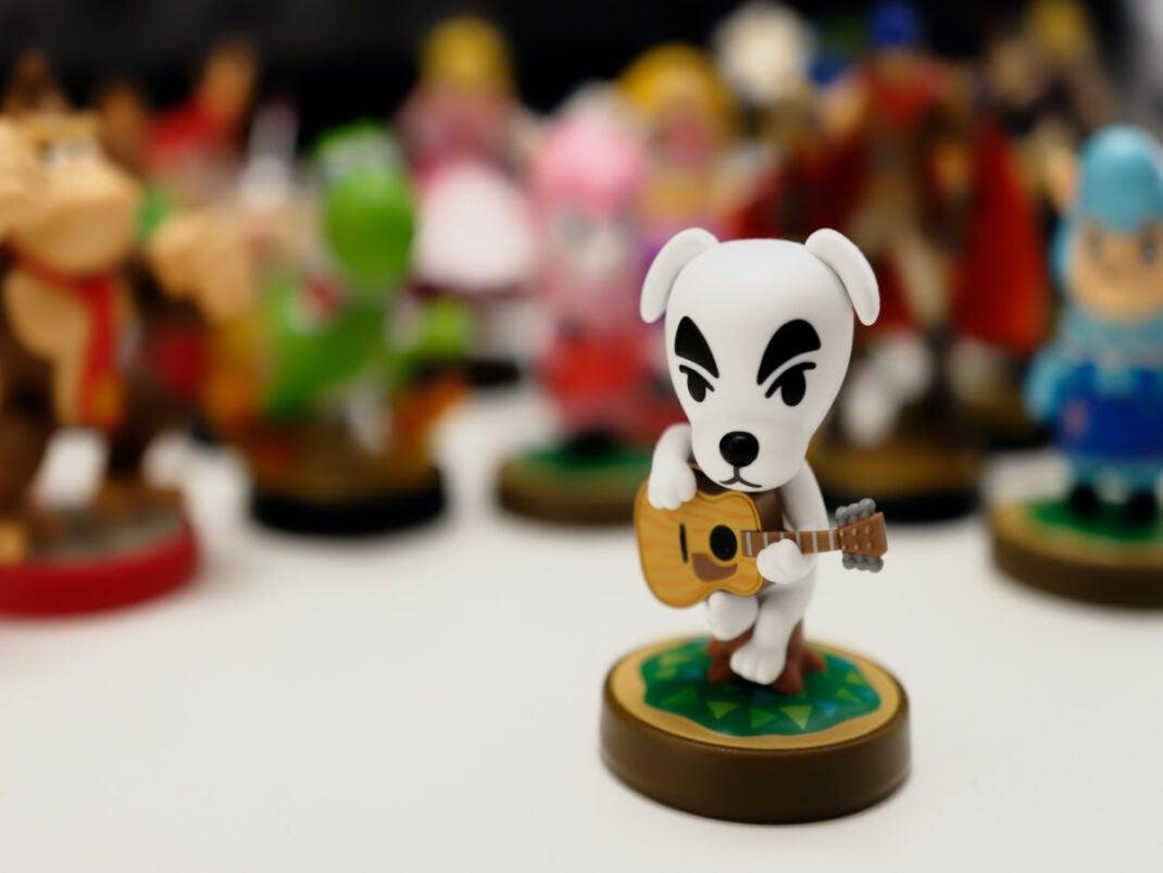 Hundefigur mit Gitarre in der Hand seht vor anderen Amibo Figuren