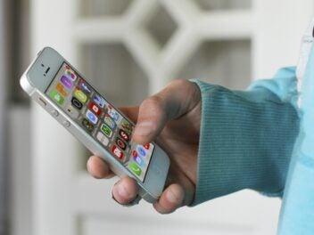 iPhone 4 mit verschiedenen Apps.