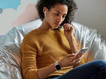 Eine Frau nutzt Apple AirPods.