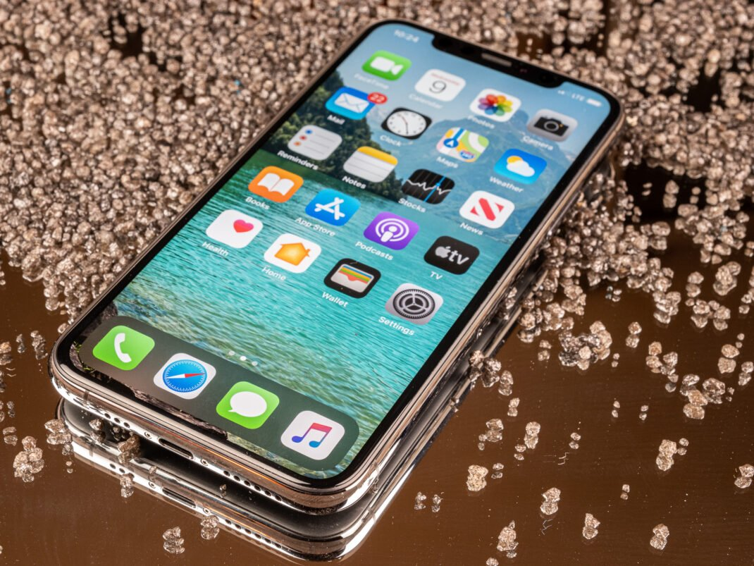 Apple iPhone 11 Pro auf einem Spiegel