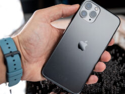 Rückseite des Apple iPhone 11 Pro in der Hand