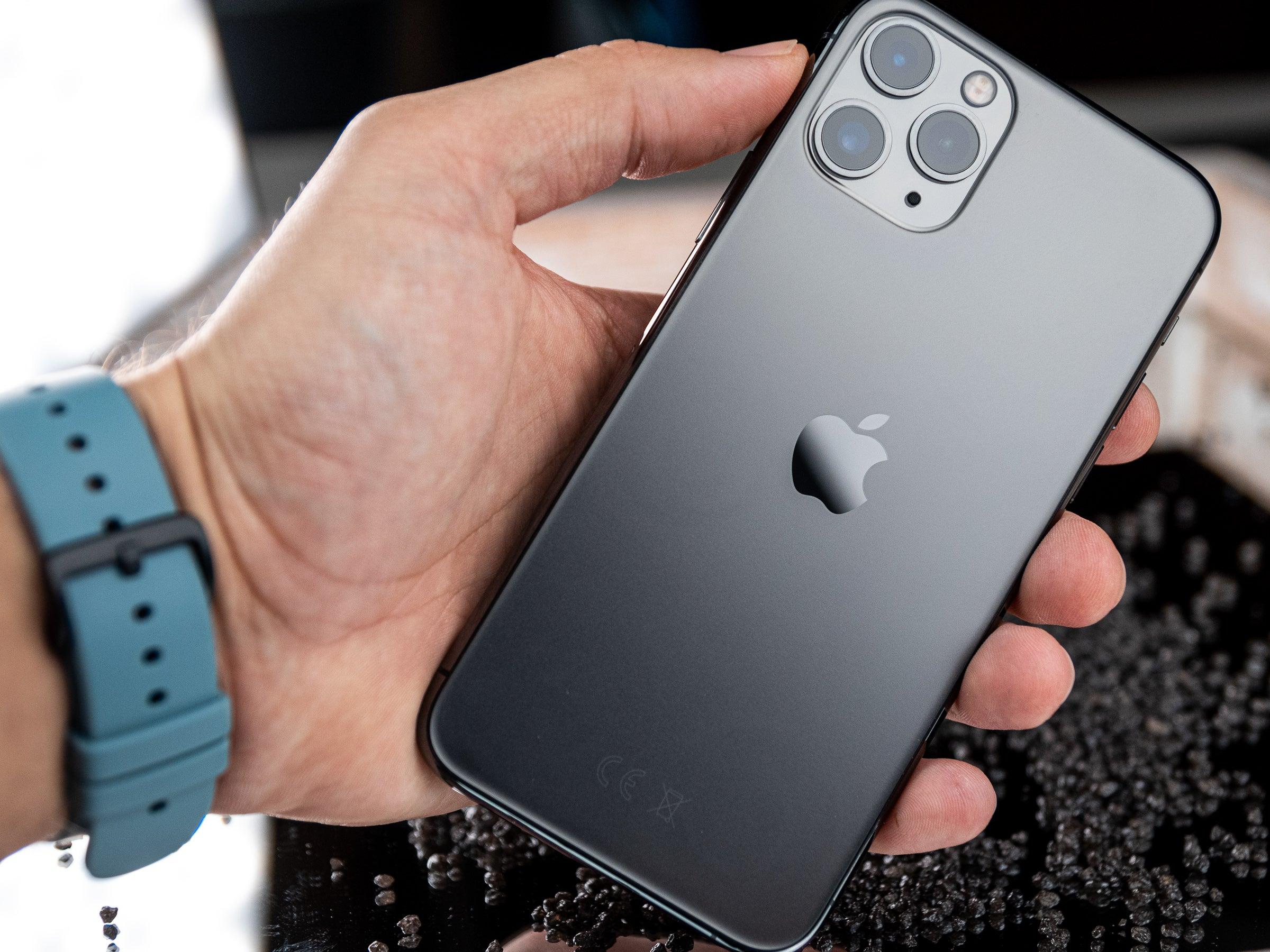 Rückseite des Apple iPhone 11 Pro in der Hand