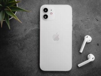 Apple iPhone 12 mit Apple AirPods Kopfhörern