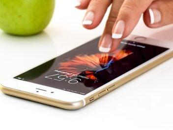 Apple iPhone wird von einer Frau bedient.