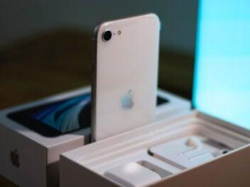 iPhone SE in weiß aus der Box