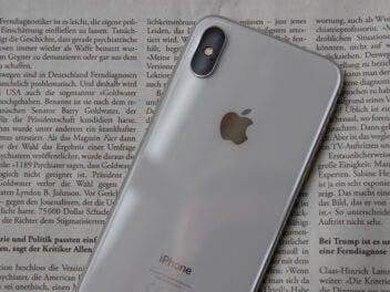 Rückseite des iPhone X auf einer Zeitung