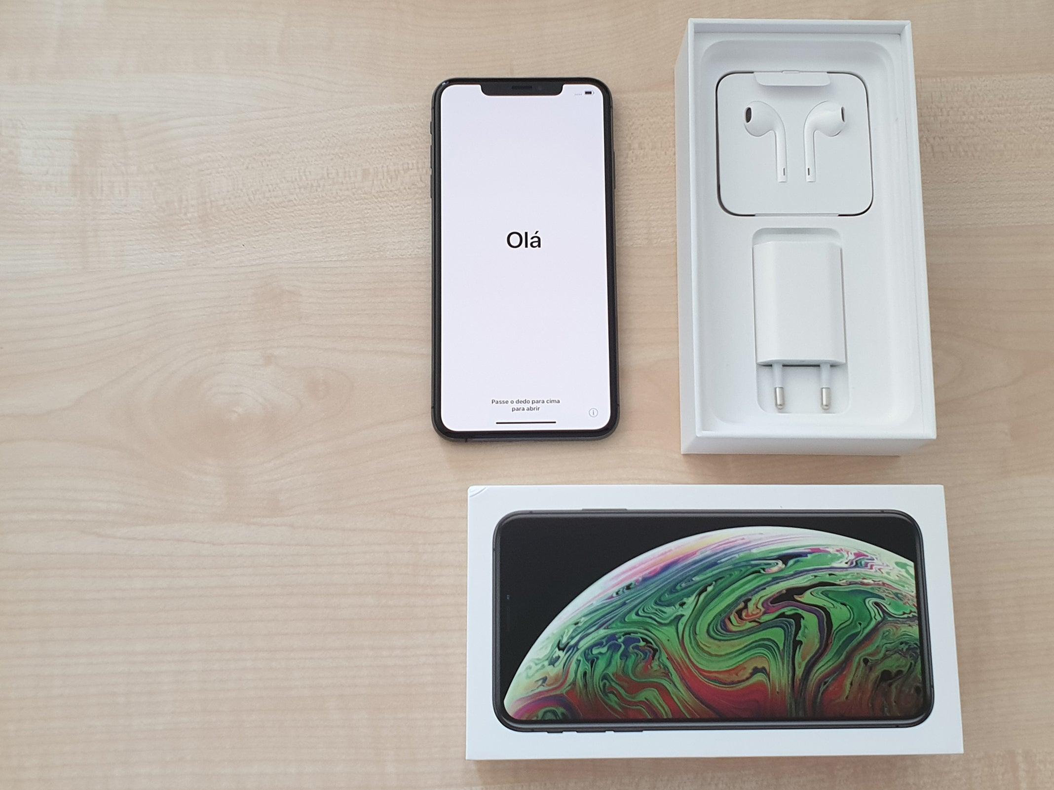 Der Lieferumfang des iPhone XS Max ausgepackt.