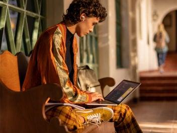 Person mit Apple MacBook Pro