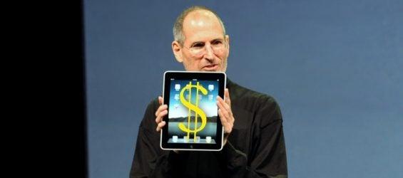 Steve Jobs hält ein iPad in den Händen