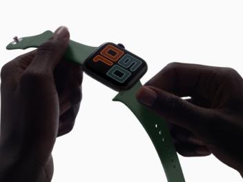 Apple Watch Series 5 in der Händen