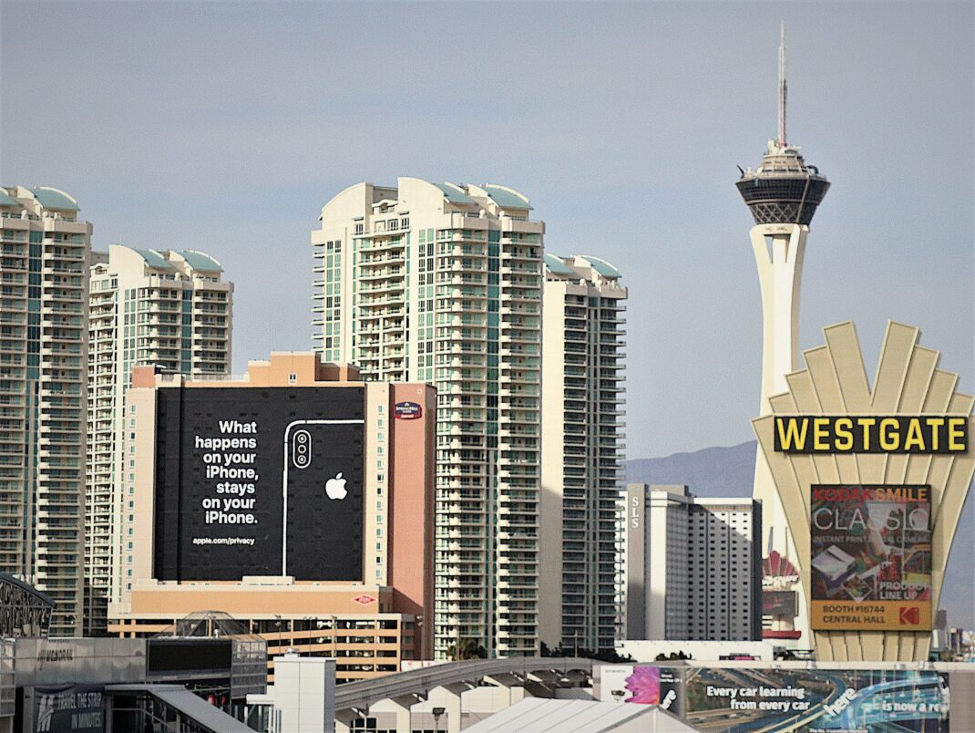 "Apple-Werbung in Las Vegas: ""What happens on your iPhone, stays on your iPhone."""