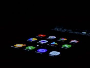 Verschiedene Apps leuchten hell auf einem sonst schwarzen Display