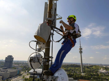 Arbeiten an einer 5G-Antenne in München im O2-Netz.