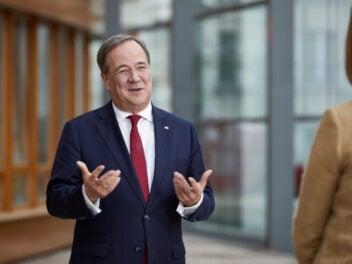 CDU-Vorsitzender Armin Laschet spricht und gestikuliert, schaut dabei eine weitere Person an