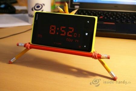 Aus Bleistiften und Gummibändern wird ein Smartphoneständer