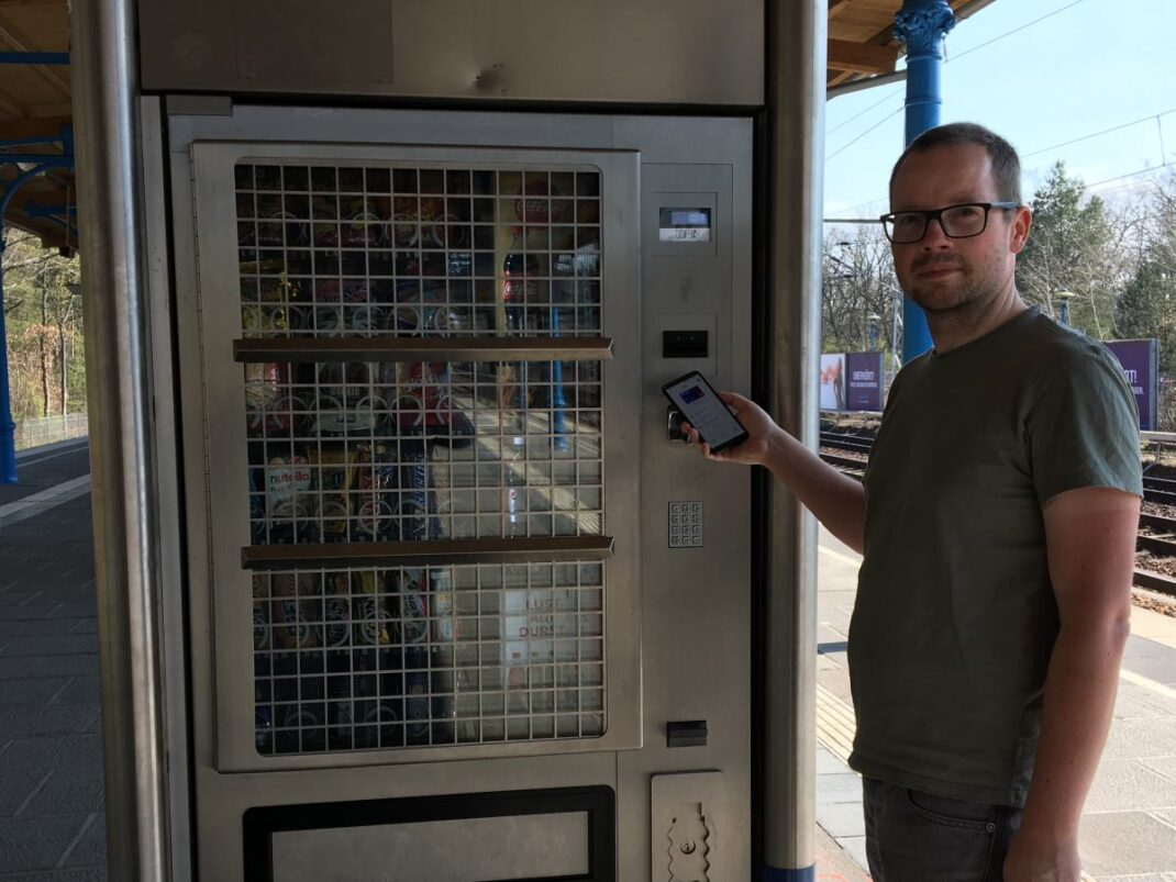 Ein Snack-Automat auf einem Berliner Bahnsteig