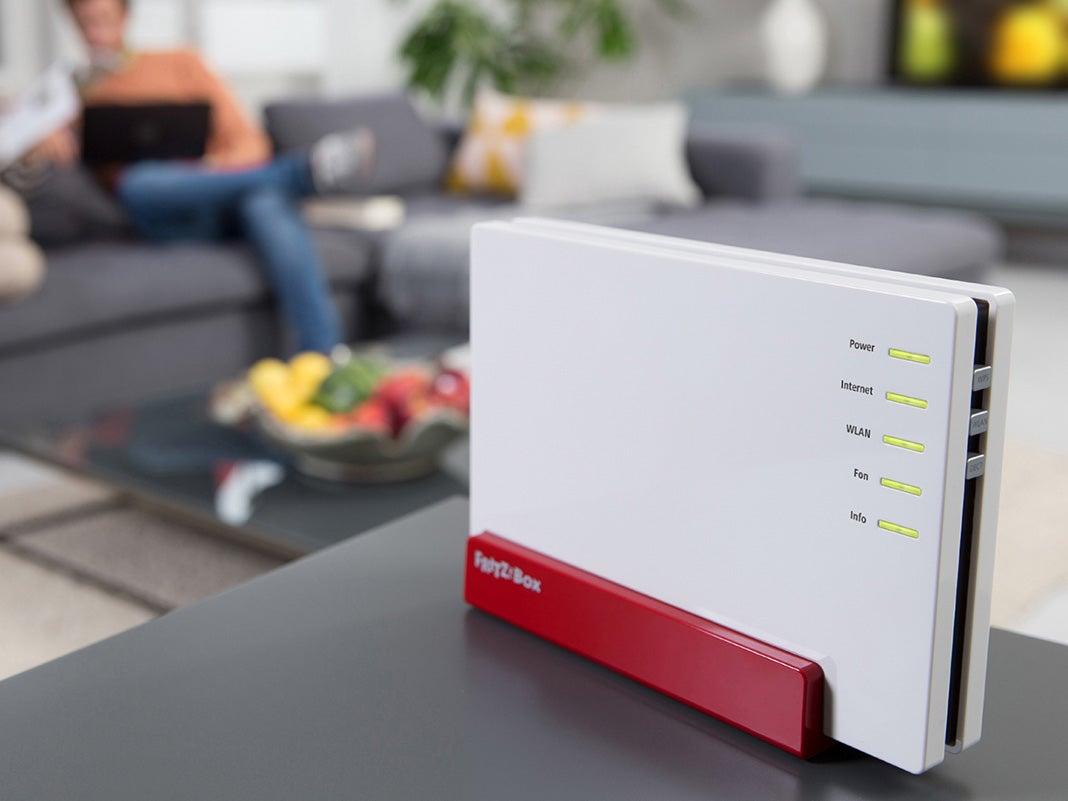 Szene im Wohnzimmer, Fritzbox Router steht im Vordergrund